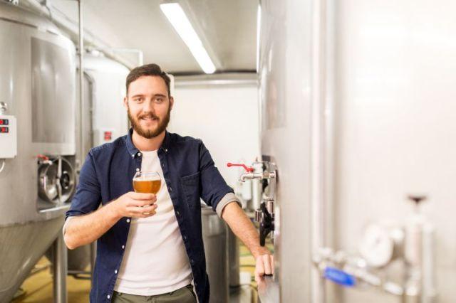 Muž s pivem (Pivovary-Braumeister.cz)